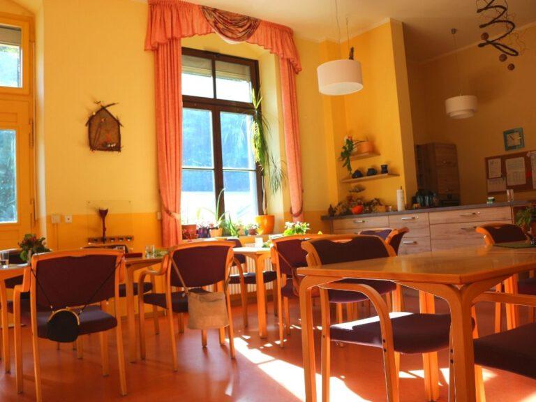 Der Aufenthaltsraum mit vielen Tischen und Stühlen