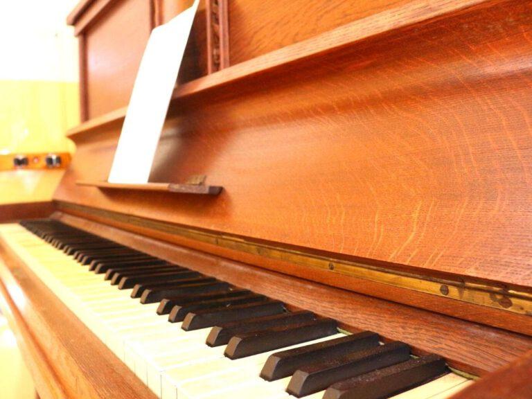 Aufgeschlagenes Klavier mit Noten