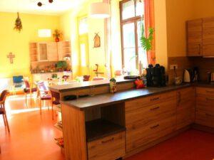 Blick von der Küche in den Aufenthaltsraum