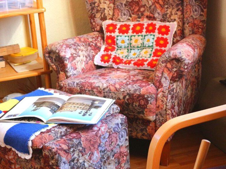Alter Lesesessel mit aufgeschlagenem Buch
