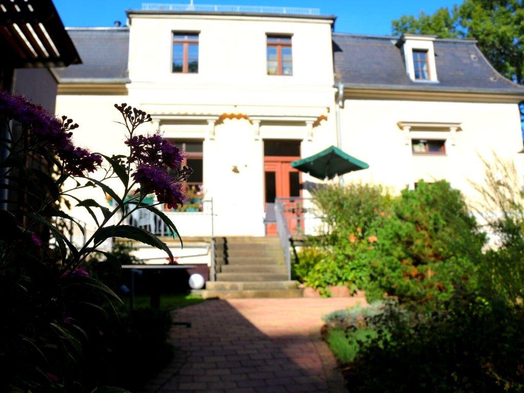 Der Hinterhof und die Terrasse vom Hirschberhaus