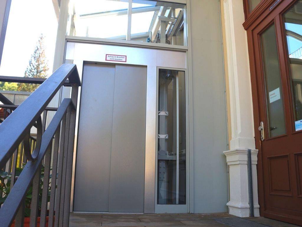 Fahrstuhl außerhalb des Gebäudes