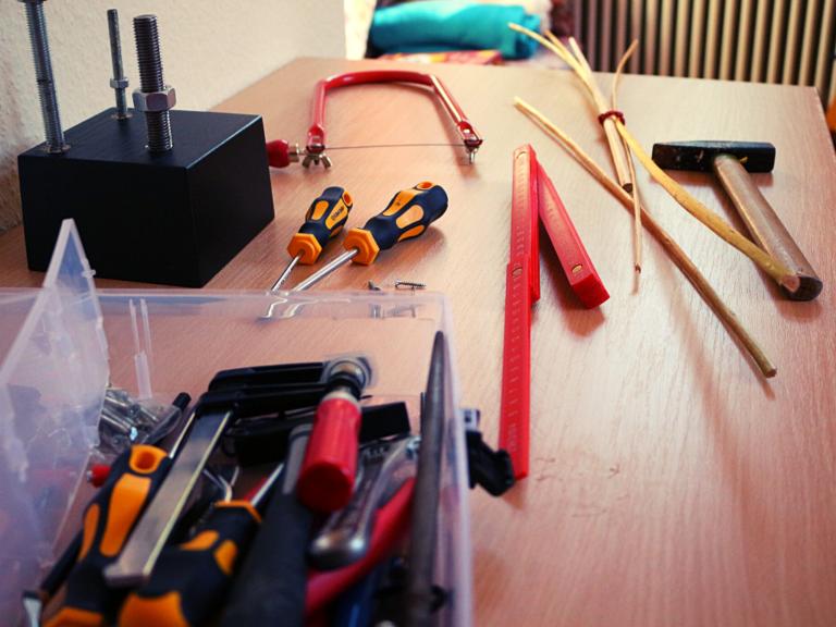 Kiste mit Werkzeug für Handwerkarbeiten