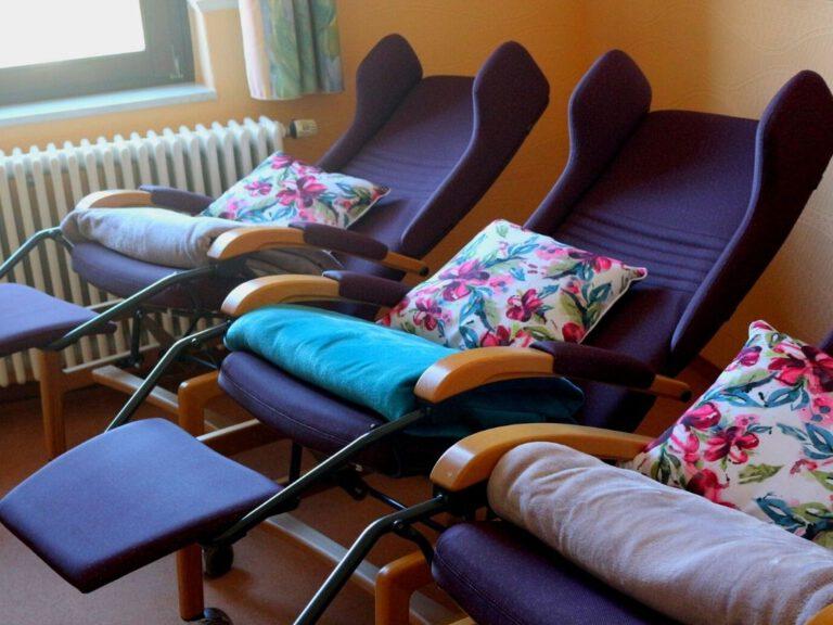 Liegestühle im Ruheraum mit Kissen und Decken