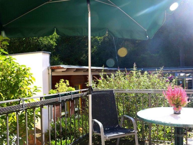 Terrasse mit Sonnenschirm und Stuhl